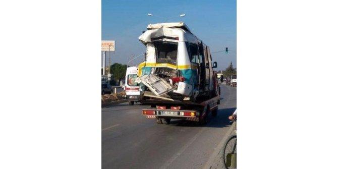 Kamyon, yolcu minibüsüne çarptı: 3'ü ağır 13 yaralı