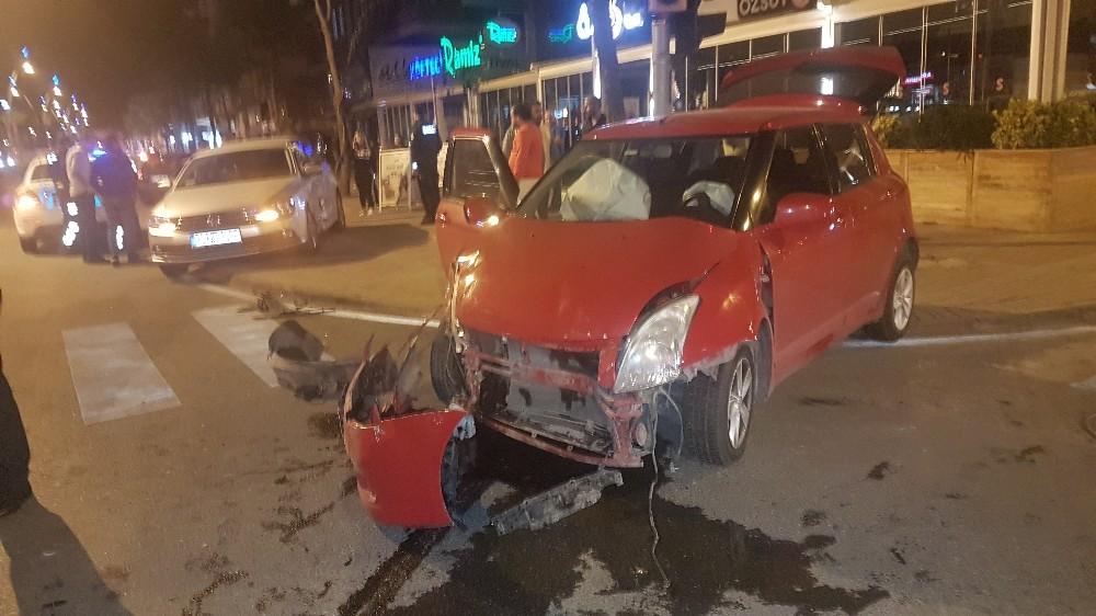 Manavgat'ta trafik kazası: iki otomobil çarpıştı 3 yaralı