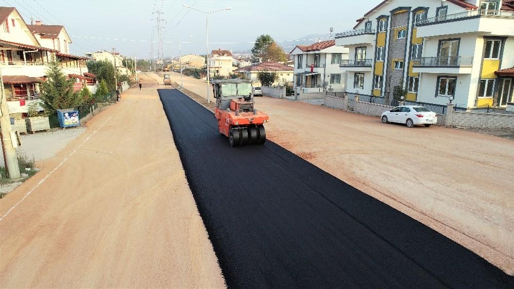 Başiskele'de yol, asfalt çalışmaları sürüyor