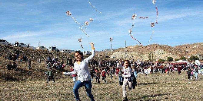 Rüzgar olmayınca uçurtmalarını koşarak havalandırmaya çalıştılar