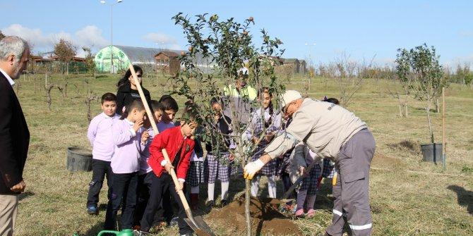 Öğrencilere toprak sevgisi aşılıyorlar