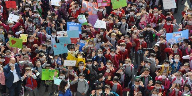 Bin 500 öğrenci farkındalık için okula maskeyle geldi