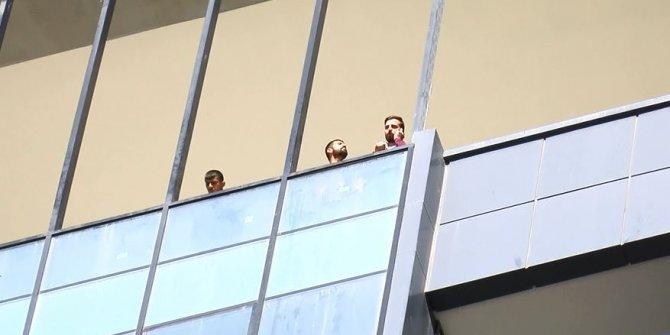 Maaşlarını alamayan 3 işçi, rezidansın 13'üncü katında eylem yaptı