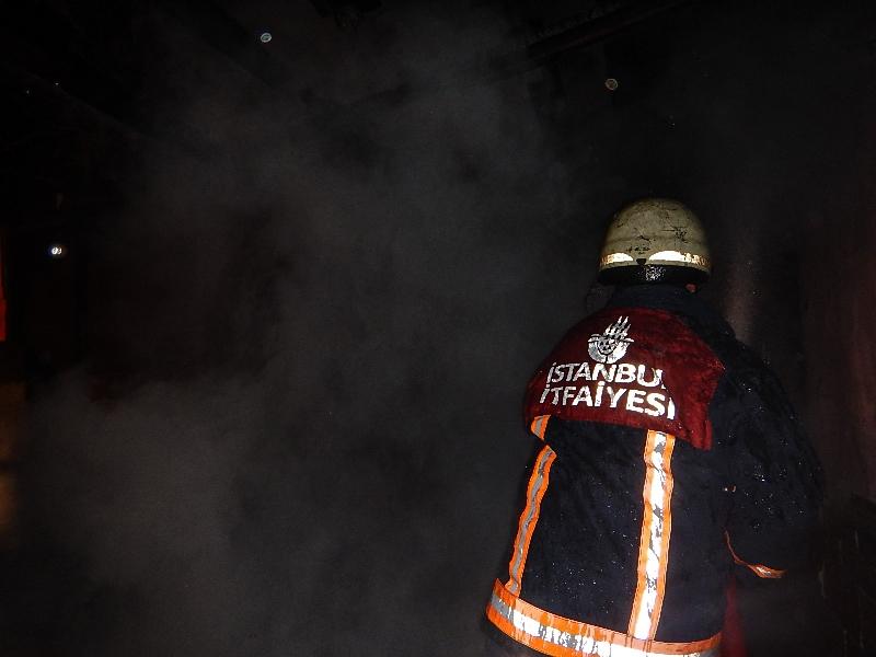 Pendik'te yangın! 2 kişi hastaneye kaldırıldı