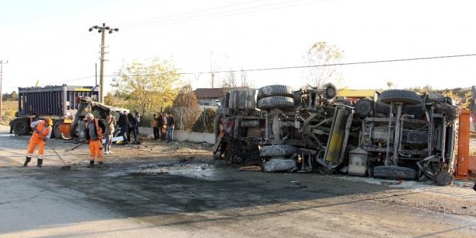 Maden yüklü tır ile yol süpürme kamyonu çarpıştı: 2 Yaralı