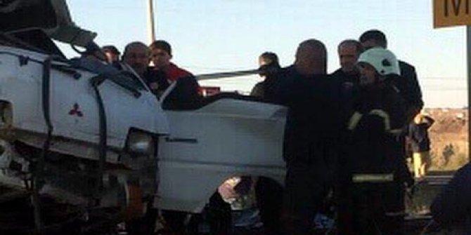 Lokomotifin çarptığı minibüsteki çift öldü