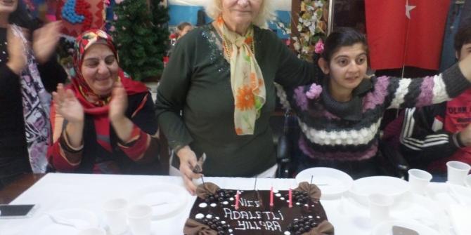 73. doğum gününü Engelliler Derneği'nde kutladı