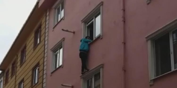 Beyoğlu'nda bir üniversite öğrencisi sınava yetişmek için pencereden atladı