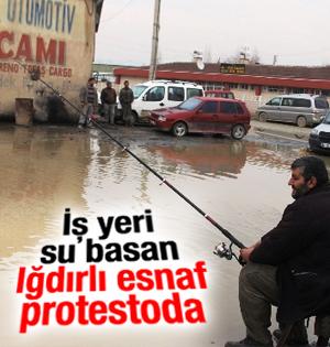 İş yerleri su basan Iğdırlı esnaftan oltalı protesto