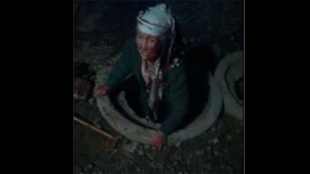 Yaşlı kadın kanalizasyon rögarının içine düştü!