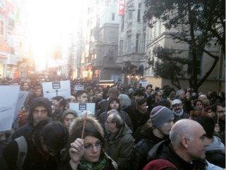 Taksim'de Paris'e destek yürüyüşü