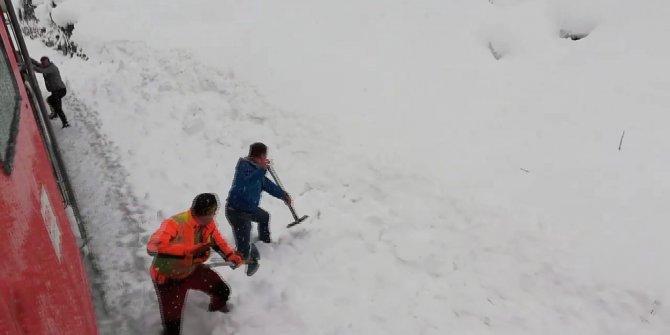 Kar altında mahsur kalan keçiyi tren yolu işçileri kurtardı