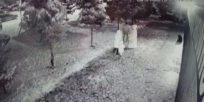 Kardan adamı tekme ve yumrukla yıktılar