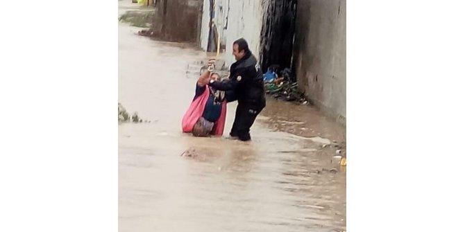 İzmir'de sağanak yağış hayatı felç etti (5)