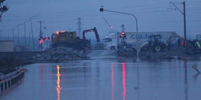 Akhisar'da dere taştı; İstanbul-İzmir yolu su altında kaldı (3)