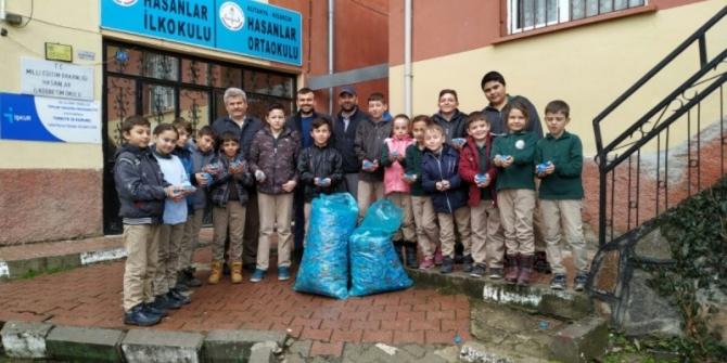 Köy okulundan tekerlekli sandalye için plastik kapak desteği