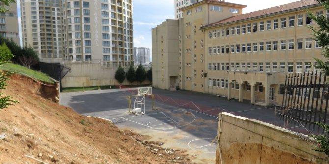 Tuzla'da istinat duvarı okulun bahçesine yıkıldı