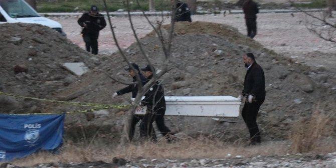 Boş arazide kimliği belirsiz erkek cesedi bulundu