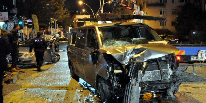 Ankara'da minibüs, 2 otomobile çarptı: 1 ölü, 3 yaralı