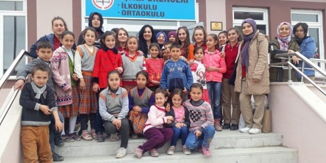 Lise öğrencilerinden köy okuluna yardım