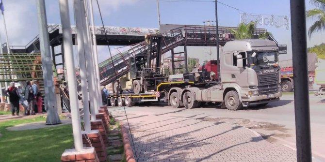 TIR'ın dorsesindeki iş makinesi köprüye çarptı