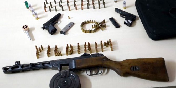 Otomobilde tüfek ve 2 tabanca bulundu, sürücü tutuklandı