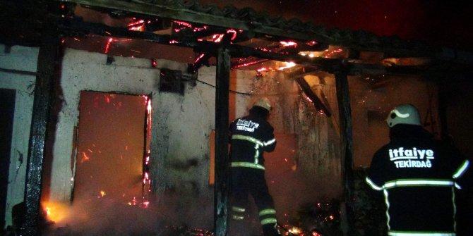 Bacadaki kuş yuvası tutuştu, tek katlı ev yandı