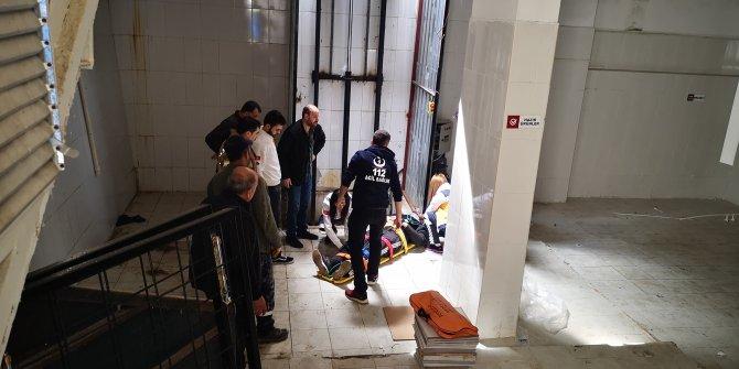 Yük asansöründen düşen işçi yaralandı