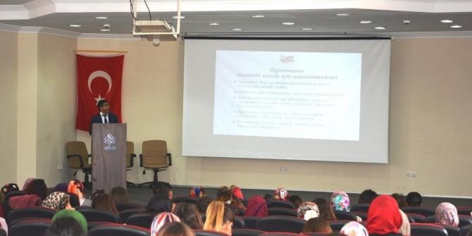 Kütahya'da müdür ve öğretmenler ile diyabetli çocuk velilerine diyabet eğitimi