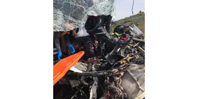 Yolcu otobüsü, demir yüklü kamyona çarptı: 2'si ağır 20 yaralı