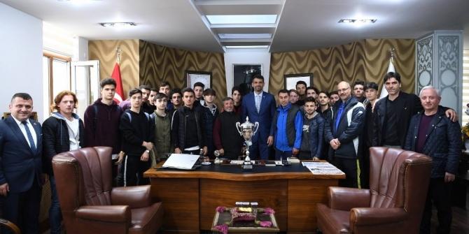 U19 şampiyonları kupa sevinçlerini Başkan Kocaman'la paylaştı