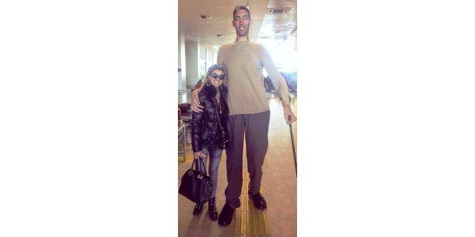 Tuğba Özay, dünyanın en uzun insanı Sultan Kösen ile buluştu