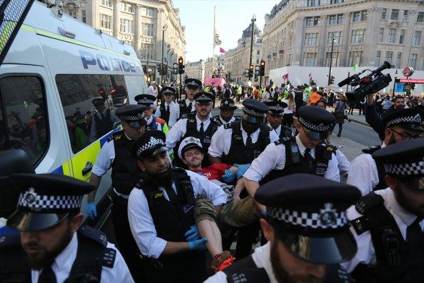 Londra sokakları yine karıştı