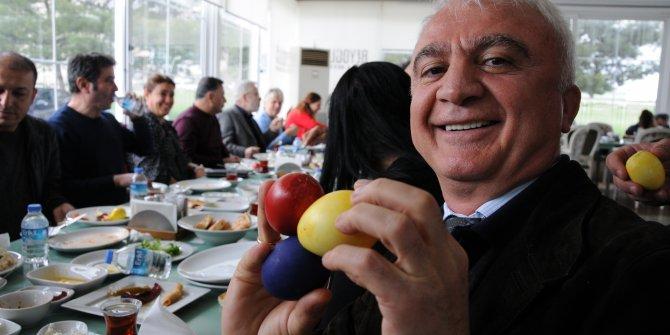 Kilise yerine kafeteryada Paskalya Bayramı kutlaması