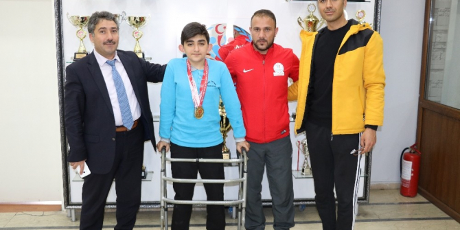 Ağrılı bedensel engelli yüzücüden 4 altın madalya