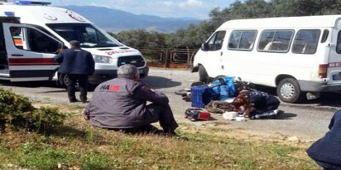 Minibüs ile çarpışan kasksız motosikletli öldü