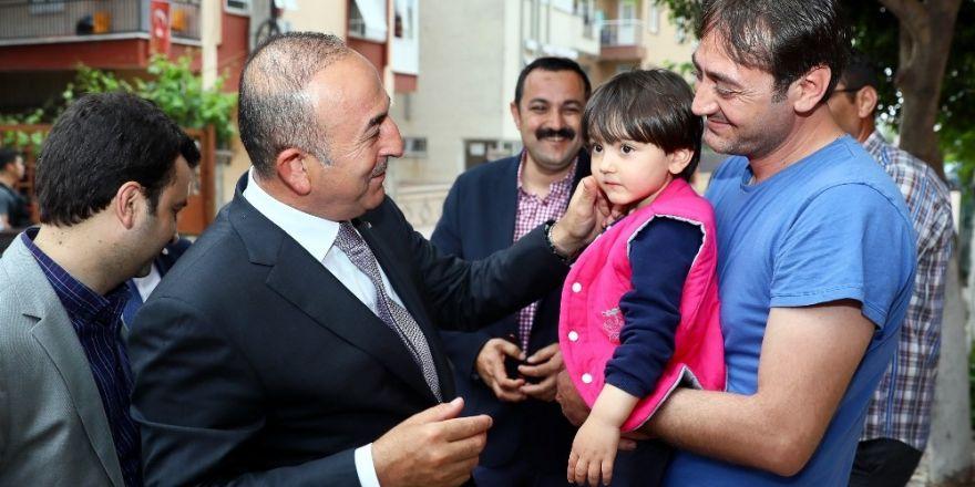 Bakan Çavuşoğlun'dan küçük Özge'ye ziyaret