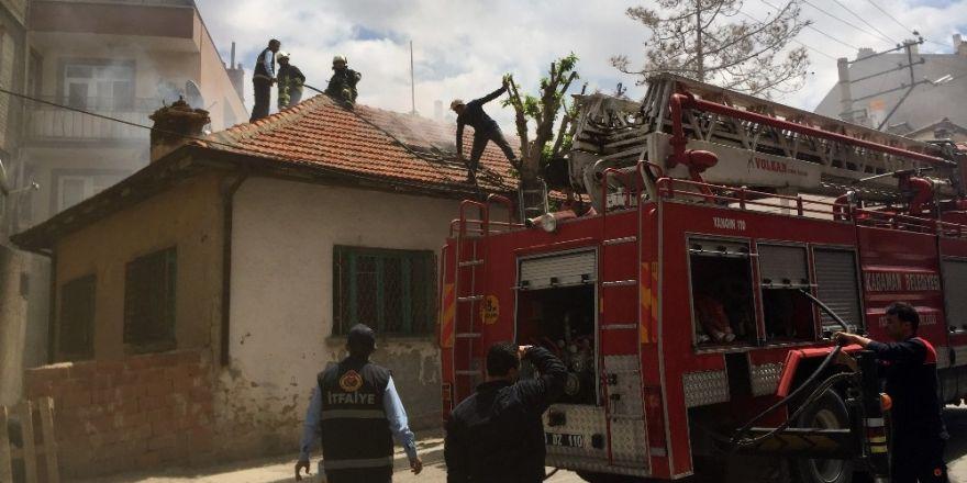 Karaman'da Afgan ailenin kaldığı evin çatısı yandı
