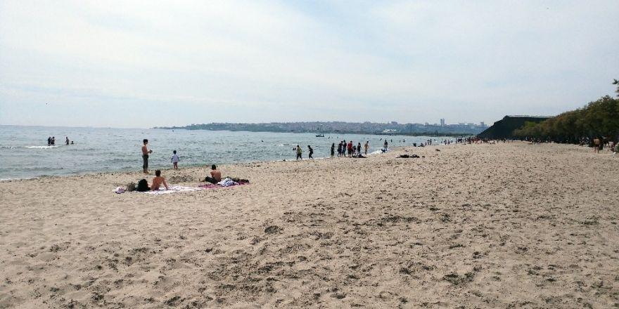 Sıcaktan bunalan İstanbullular denize koştu