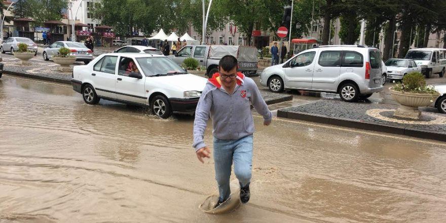 Tokat'ta sağanak yağış caddeleri göle çevirdi