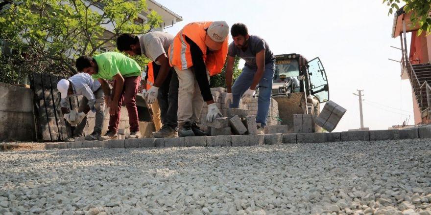 Başiskele'de sokaklar parke taşlarıyla kaplanıyor