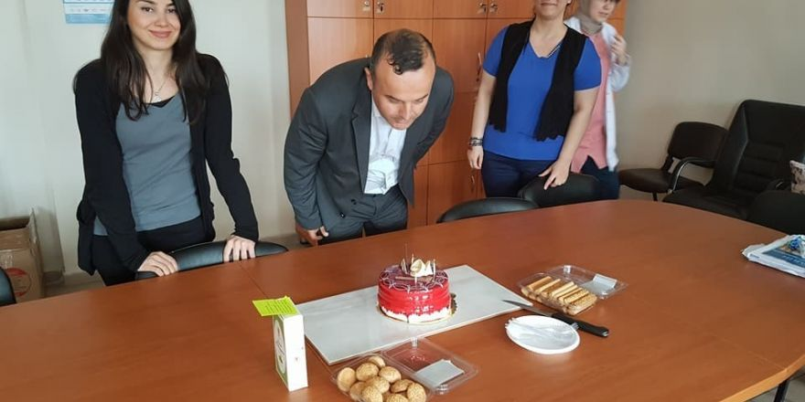 Öğretmenlerden okul müdürüne doğum günü sürprizi