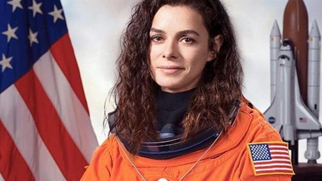 Özge Özpirinçci astronot kıyafeti ile dikkatleri üzerine çekti