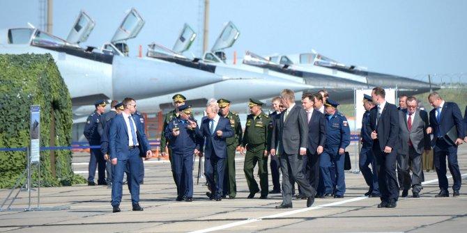 Putin'e Hipersonik Kinjal füzesiyle donatılan MiG-31 uçağı tanıtıldı