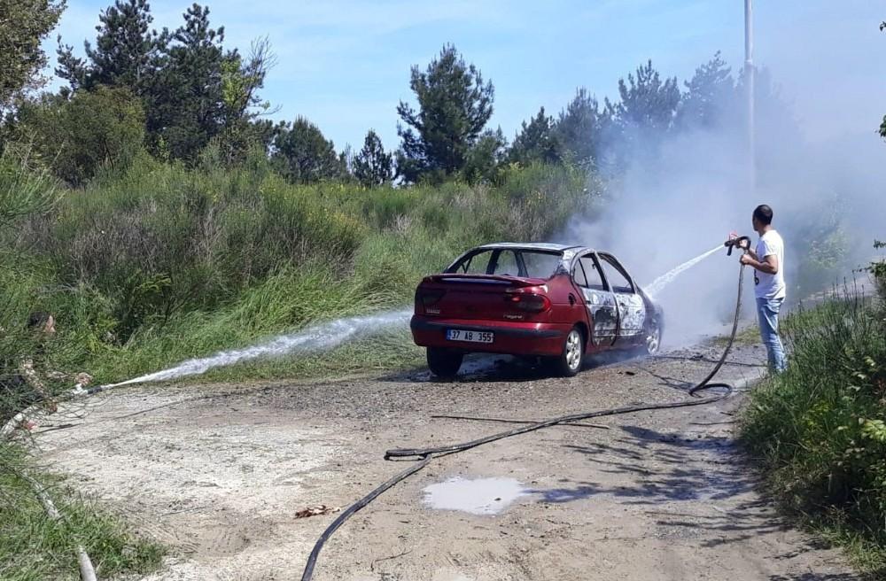 Kastamonu'nun Bozkurt ilçesinde Kastamonu'da seyir halindeki otomobil yandı