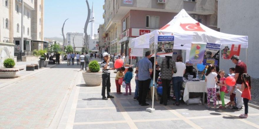 Cizre'de Sevgi Sokağında trafik bilgilendirme standı açıldı