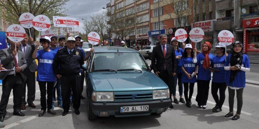 Sivas'ta üniversiteli öğrencileri trafik kontrolü yaptı