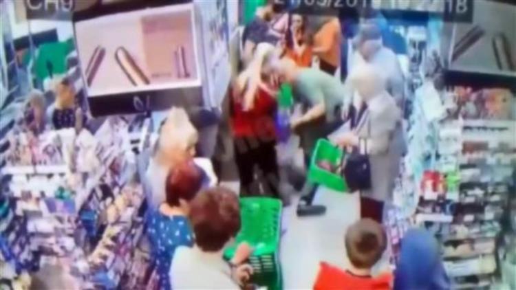 Cani adam küçük çocuğun boynunu kırmaya çalıştı