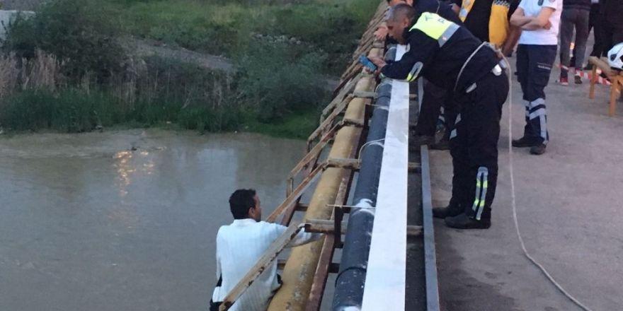 Köpründen ırmağa atladı, itfaiye ekipleri kurtardı