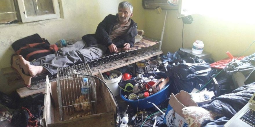 Çöp evde yaşamaya çalışıyor